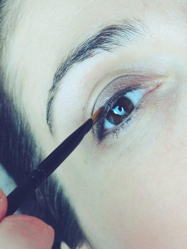 Eyeliner für den Tag auftragen