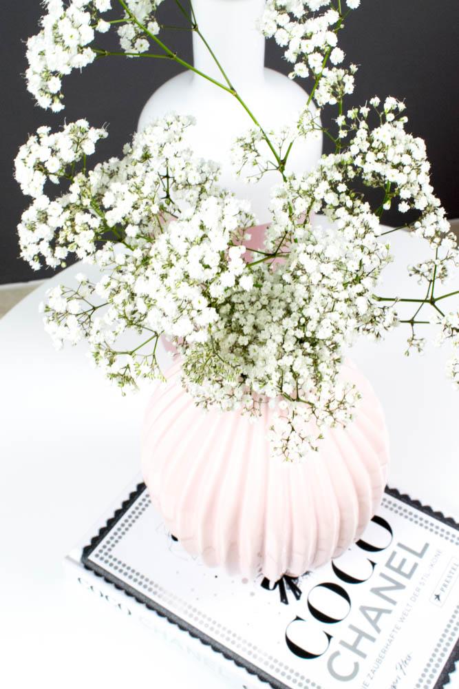graue Wand weiße Blumen