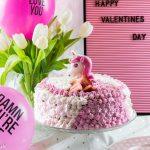 Einhorn Torte mit Erdbeeren und romantische Geschenke zum Valentinstag