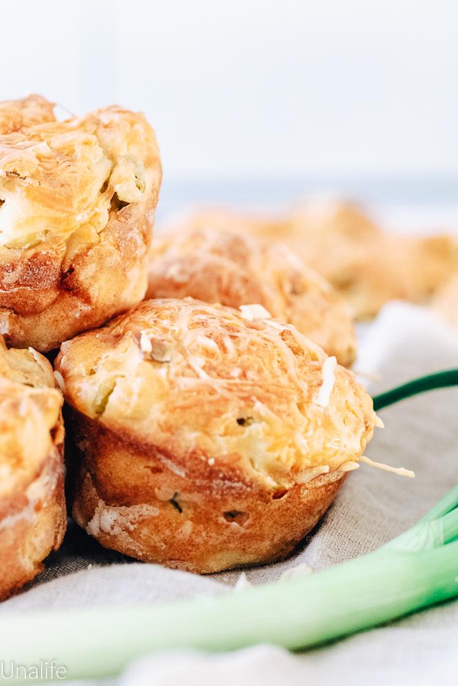 Frühstückssmuffins mit Frühlingszwiebeln und Oliven